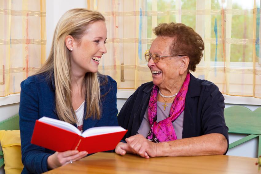 Ein Enkel besucht seine Großmutter. Vorlesen aus einem Buch